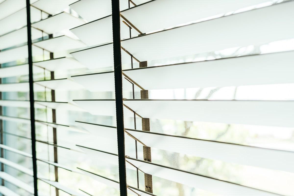 zaluzje w oknie aluminiowe