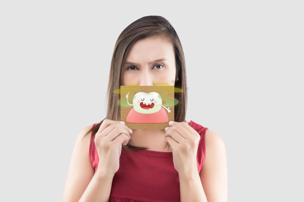 kobieta trzyma kartkę przy ustach